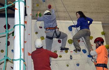 Un participante de CECAP impulsa un taller para aprender escalada entre sus compañeros