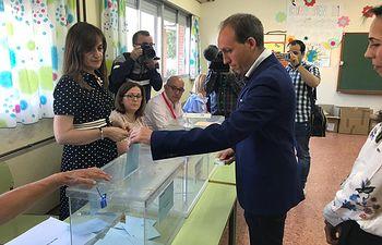 Daniel Arias ejerce su derecho al voto. 26M.