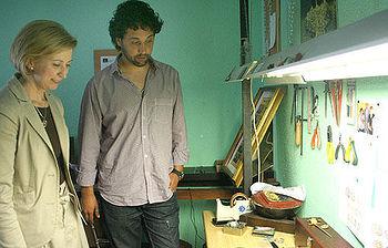 Araújo visita en Toledo el taller artesano del damasquinador, Óscar Martín
