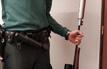 Agentes de la Guardia Civil de Guadalajara de Molina de Aragón han detenido a dos personas por tenencia ilícita de armas en Ciruelos del Pinar. Se ha intervenido un rifle con un silenciador.