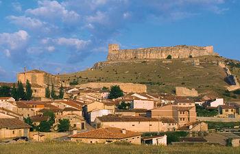 Villa de Atienza con su Castillo al fondo.