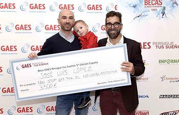 El pequeño Pablo López y su padre, José Luis López, recogieron personalmente el premio de 3.500 euros que donarán íntegramente a la Asociación de familiares y amigos de pacientes con Neuroblastoma.