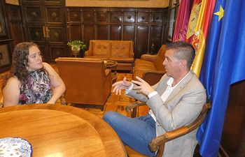 Santiago Cabañero se reúne con la alcaldesa de El Ballestero para conocer las principales demandas de la localidad.