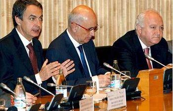 El presidente del Gobierno español, José Luis Rodríguez Zapatero (izda), junto a su ministro de Asuntos Exteriores, Miguel Ángel Moratinos (dcha), y el portavoz de CiU en el Congreso, Josep Antoni Duran i Lleida. EFE