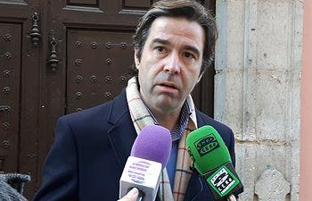 Lorenzo Robisco, diputado del PP de Guadalajara, frente la Cámara de Comercio de Guadalajara.