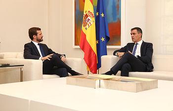 El presidente del Gobierno en funciones, Pedro Sánchez, junto al líder de la oposición, Pablo Casado, en el Palacio de la Moncloa. Foto: fervero-67