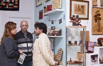 Encarnación Jiménez muestra su apoyo a los artesanos locales