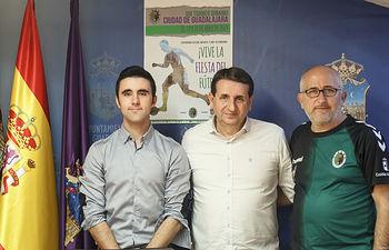 Presentación del VIII Trofeo Dinamo Cup de Fútbol; Juan Flores, presidente del Club Dinamo; Roberto Abad, secretario
