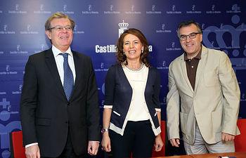 La consejera de Bienestar Social, Aurelia Sánchez, firma un convenio de colaboración con el rector de la Universidad de Castilla-La Mancha UCLM, Miguel Ángel Collado. Foto: JCCM.