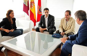La alcaldesa con representantes de AJE