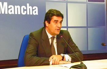 El consejero de Sanidad y Asuntos Sociales, Jose Ignacio Echaniz, durante su comparecencia 300611. Foto: JCCM.
