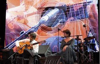 El guitarrista flamenco Niño Josele y la cantante húngara Márta Sebestyén, durante la clausura del programa cultural de la Presidencia española de la UE. Foto: Germán Gómez
