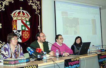 Jesús Fidalgo, flanqueado por Gloria Rodríguez y Juan Martos, presenta la nueva web de la Escuela de Industriales de Ciudad Real.