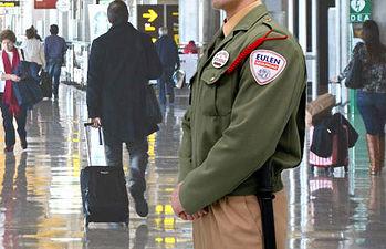 Fotografía de uniforme de la empresa de seguridad EULEN