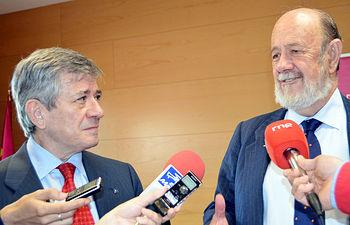 Enrique Barón y José María Gil-Robles atienden a los medios.