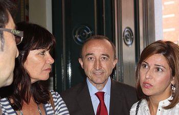 El consejero de Salud y Bienestar Social, Fernando Lamata a la entrada del Palacio de Viana de Madrid donde se celebra la Conferencia Sectorial de Cooperación, junto a las representantes de Andalucía (i) y Extremadura (d) .