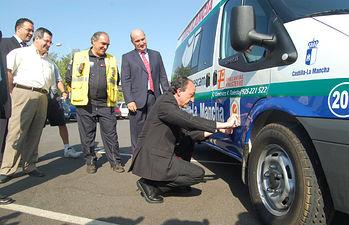 El consejero de Salud y Bienestar Social, Fernando Lamata, coloca la pegatina que acredita el certificado de calidad ISO 9001:2000 obtenido por la empresa Ambulancias Finisterre.