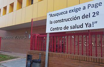 """Pancarta """"exigiendo a Page el segundo Centro de Salud de Azuqueca""""."""