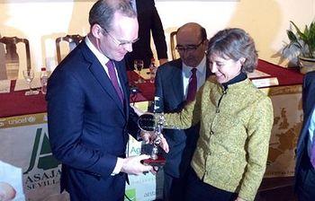 Isabel García Tejerina entrega un galardón a Simon Coveney (Foto: Ministerio de Agricultura, Alimentación y Medio Ambiente)