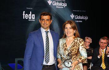 Mª Dolores Ródenas recogiendo el Premio San Juan'2016-XVII Edición al Mérito Empresarial, de manos del entonces alcalde de Albacete, Javier Cuenca.