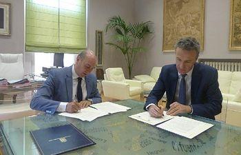 El presidente José Manuel Latre y el director del Centro Asociado de la UNED, Jesús de Andrés, han firmado un acuerdo para el desarrollo de los Cursos de Verano y otras actividades