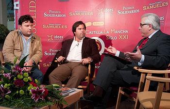 De izquierda a derecha: Tomás Honrubia, director comercial de Dehesa de Los Llanos, Carlos Flores, copoprietario del restaurante Don Jamón de Albacete, y Manuel Lozano Serna, director del Grupo de Comunicaición La Cerca.