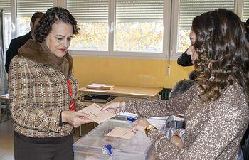 Magdalena Valerio ejerce su derecho al voto. 10N.