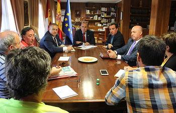 El presidente de la Confederación Hidrográfica del Tajo y el delegado del Gobierno en Castilla-La Mancha se reúnen con los afectados por el amianto