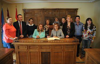 Cospedal firmando en el libro de honor del Ayuntamiento de Alberche del Caudillo (Toledo)