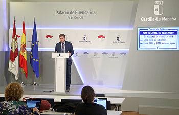 El portavoz del Gobierno regional, Nacho Hernando, informa de los acuerdos aprobados en el Consejo de Gobierno, en el Palacio de Fuensalida. (Foto: Álvaro Ruiz // JCCM)