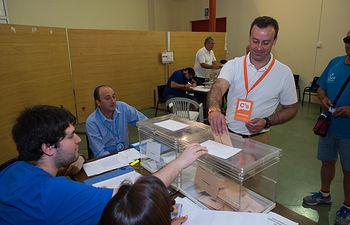 Onésimo González ejerciendo su derecho al voto.