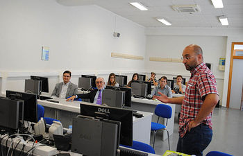 El profesor Virgilio Gómez, antes del comienzo de la primera ponencia.