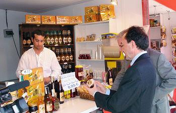 El vicepresidente primero del Gobierno de Castilla-La Mancha, Fernando Lamata, ha visitado la IV Feria de los Sabores de la Tierra del Quijote que se celebra en Alcázar de San Juan (Ciudad Real).