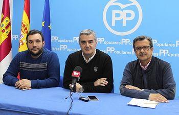Francisco Millán, Ramón Rodríguez y José Serrano, en la sede del PP de Almansa.