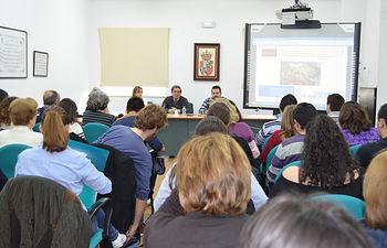 Numeroso público llenó el salón de grados de la Facultad de Letras en la apertura del seminario
