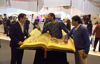El Portavoz del Grupo Municipal Socialista, Modesto Belinchón, y el Concejal Francisco Javier Mármol (Catali) visitaron esta mañana el stand institucional de Castilla-La Mancha en FITUR
