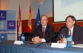 El director gerente del SESCAM, Ramón Gálvez, ha inaugurado hoy la I Jornada de Autogestión Sanitaria, organizada por la Gerencia de Atención Primaria de Toledo, cuyo gerente, Francisco Fernández Páez aparece también en la imagen.