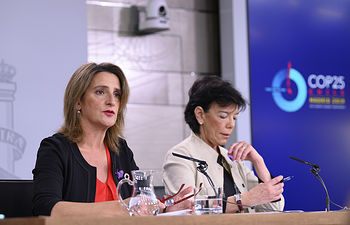 La ministra para la Transición Ecológica en funciones, Teresa Ribera, durante su intervención, acompañada de la ministra de Educación y Formación Profesional y portavoz del Gobierno en funciones, Isabel Celaá.