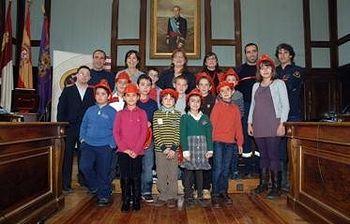 Foto de familia de los ganadores con la presidenta de la Diputación