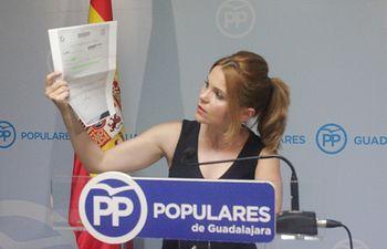 Marta Valdenebro muestra la  citacion de una paciente para hacerse una colonoscopia dentro de 9 meses en  el Hospital de Guadalajara.