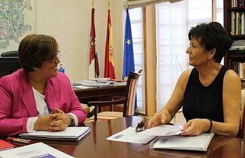 La delegada de la Junta de Comunidades de Castilla-La Mancha en Ciudad Real, Carmen Olmedo, ha recibido a la artista manchega Arsenia Tenorio