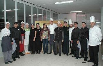 Foto de familia de los participantes en la final con la diputada Covadonga Pastrana