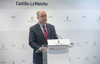 El viceconsejero de Empleo, Francisco Rueda, ofrece una rueda de prensa, para hacer una valoración de los datos del paro del mes de marzo, en la Consejería de Economía, Empresas y Empleo. (Fotos: Ignacio López//JCCM)