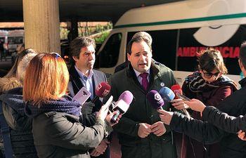 Paco Núñez, durante la rueda de prensa ofrecida en el acceso al Hospital Universitario de Guadalajara. Foto: PP CLM.