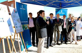 El consejero de Salud y Bienestar Social, Fernando Lamata, y el alcalde de Toledo, Emiliano García Page, atienden las explicaciones del arquitecto redactor del proyecto del nuevo Centro Sanitario del barrio toledano de Azucaica