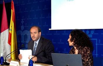 El consejero de Agricultura y Desarrollo Rural, José Luis Martínez Guijarro, informó hoy en rueda de prensa, en Toledo, sobre las subvenciones de las líneas FEAGA-FEADER, a través de este departamento, durante el ejercicio 2008, acompañado por la Secretaria General Técnica de la Consejería, Alicia Martínez.