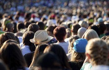 Multitud de gente. Foto de Archivo,