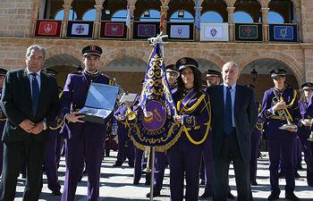 El Alcalde de El Bonillo y el Presidente de la Junta de Cofradías entregan la Placa y la Cinta conmemorativas a los representantes de la Agrupación Musical Ntro. Padre Jesús Nazareno, en la edición del 2017.