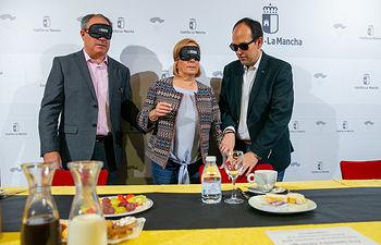 La viceconsejera de Promoción a la Autonomía y Atención a la Dependencia, Ana Saavedra y el director de Discapacidad, Javier Pérez, participan en un desayuno a ciegas con la Organización Nacional de Ciegos Españoles, O.N.C.E. (Fotos: A.Pérez Herrera // JCCM).