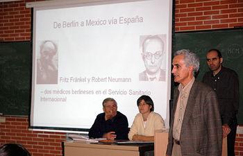 Fernando Rovetta, en primer término, presentando a los dos conferenciantes
